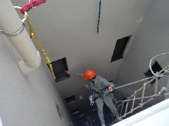 東京都新宿区のマンションで実施!吹き抜け部ガラス清掃作業事例