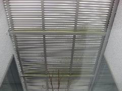 町田市の戸建て住宅で実施!高所ガラス・面格子清掃作業事例�@