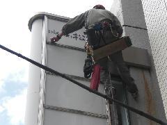 東京都渋谷区にあるビルで実施!袖看板管球交換作業事例