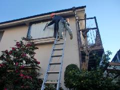 新宿区にある戸建て住宅で実施!床・ガラス清掃作業事例