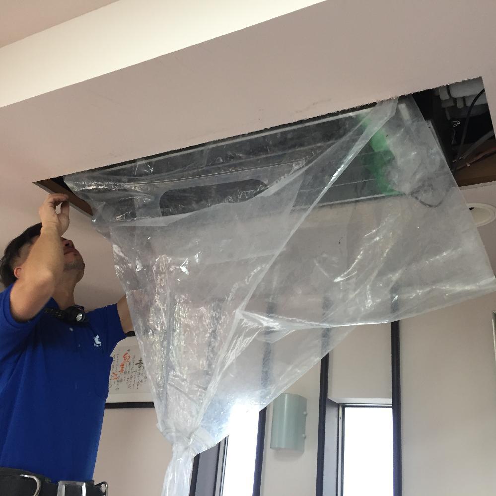 業務用エアコンもこのように洗浄します。