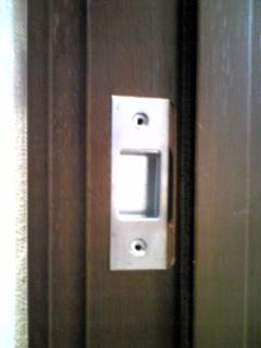 ドア枠と受け金具の間に隙間ができてしまいました