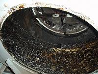 排気ファンの中にも油が溜まります