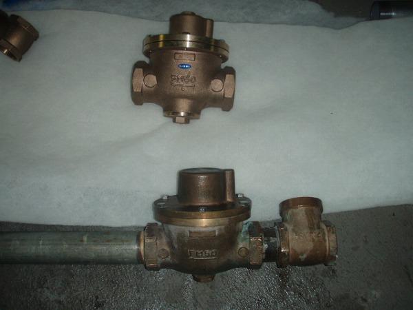 受水槽給水管 交換工事 配管工事中