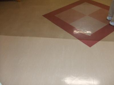 写真下部が作業後、写真上部が施工前です。まるで別の床材のようです。