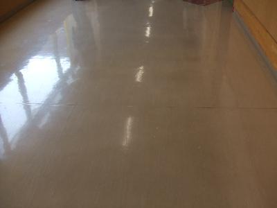 長年のワックス塗り足しによって床が黒ずんでいます・・・