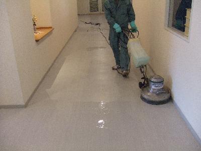 オフィスビル共用廊下の洗浄作業です。