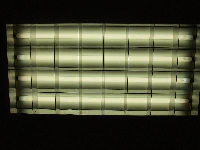 蛍光灯と反射板が汚れているために、光がくすんで見えます