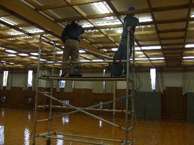 天井の梁に溜まったホコリを吸塵しております。
