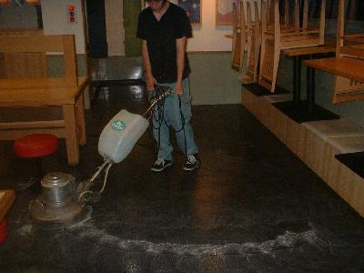 床面を洗浄中です。