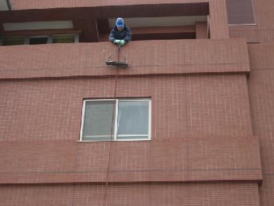 屋上からロープをセットします。