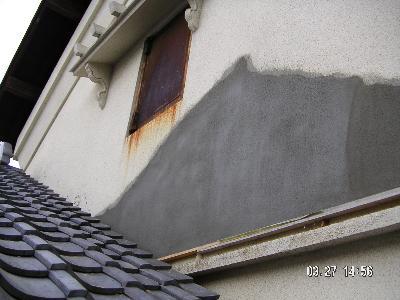 左官工事で外壁を補修しました。次は塗装工程となります。