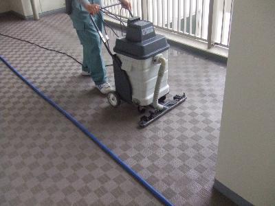 洗い流した汚水を回収して拭き上げます。