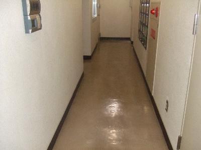 残念ながら手入れが不十分な床面です。