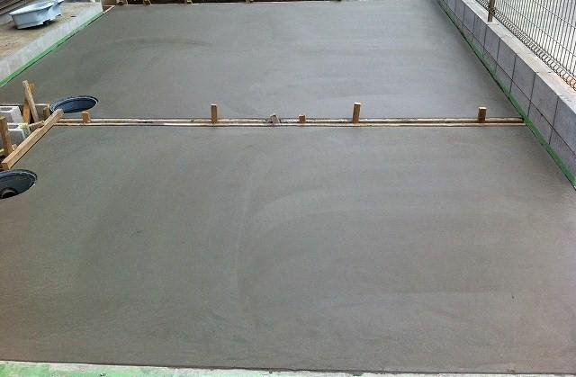 駐車場コンクリート仕上げ完了 コンクリート仕上げ完了です。 庭がきれいな駐車場コンクリートに生ま
