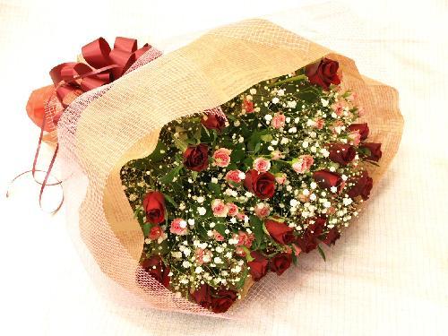 赤バラとピンクスプレーバラの花束