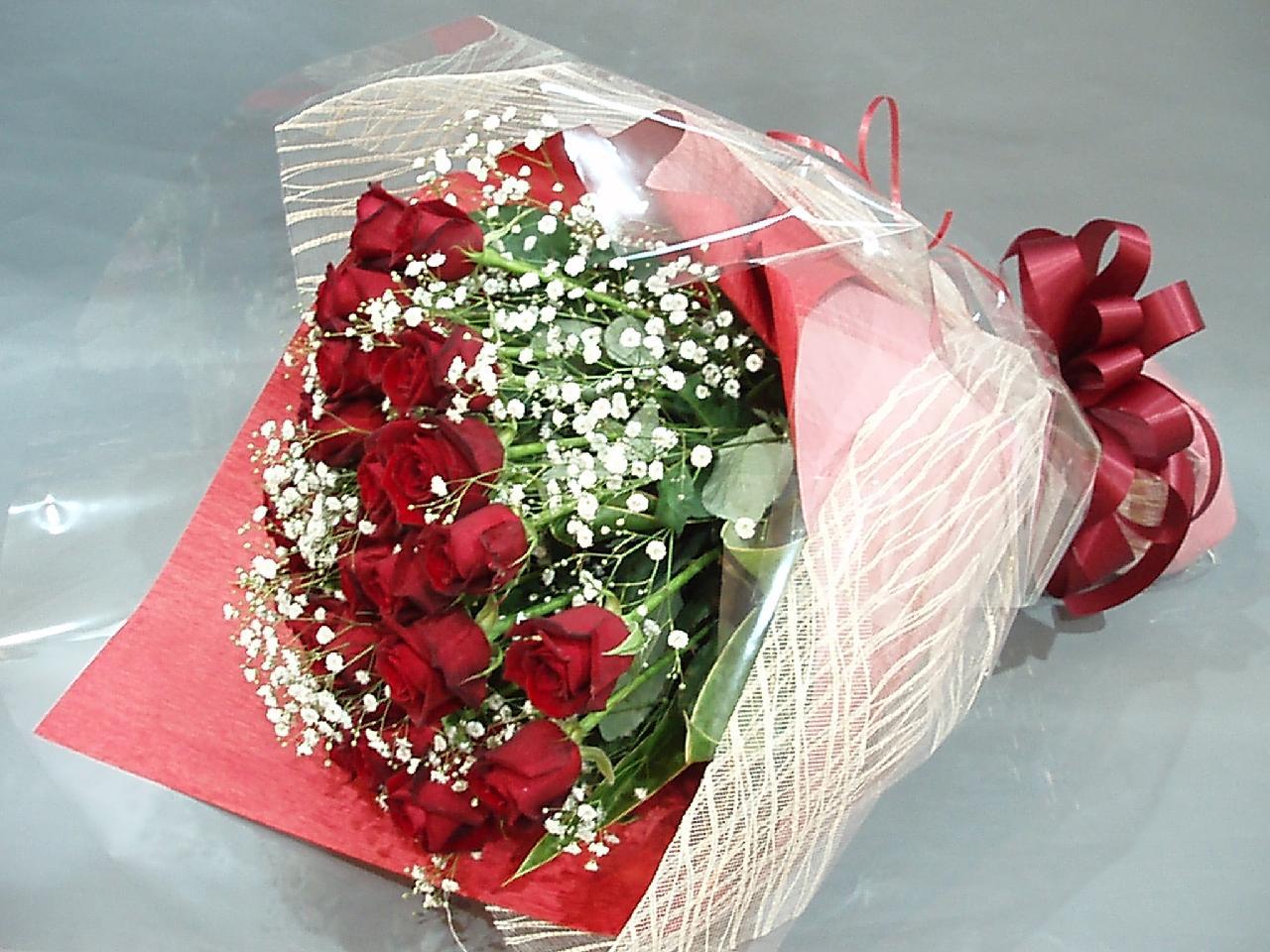 赤バラ30本とカスミソウ