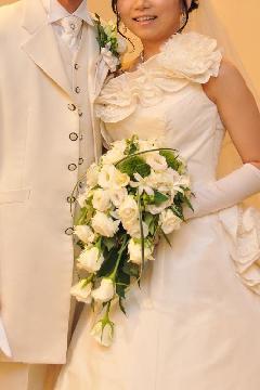 白バラとトルコキキョウのキャスケードブーケ