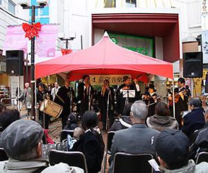 荻窪駅前広場に会場設営し野外で公演する様子
