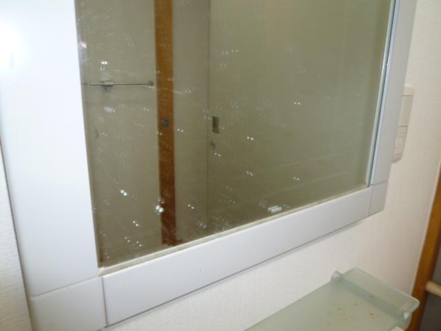 下井草 アパート 洗面台鏡  鱗除去清掃