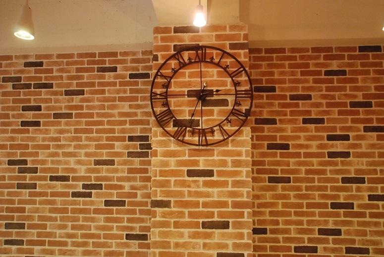 美容室  アンティーク時計 レンガ壁