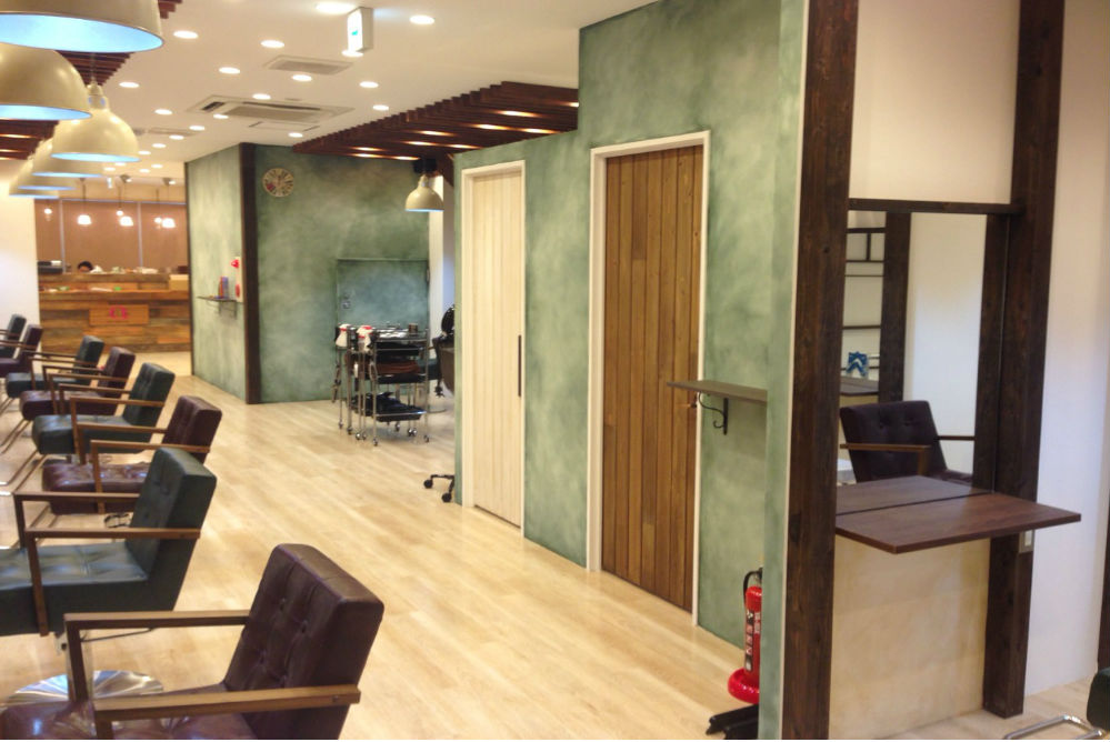 美容室 店舗 リフォーム 内装工事 改装 ターコイズグリーン 椅子 オシャレ 壁紙
