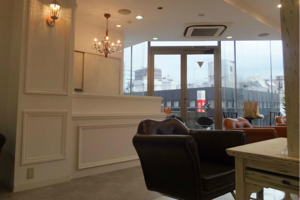 美容室 サロン カウンター オシャレ 店舗 内装 改装 リフォーム 工事 セット面 アンティーク ヨーロッパ シャンデリア