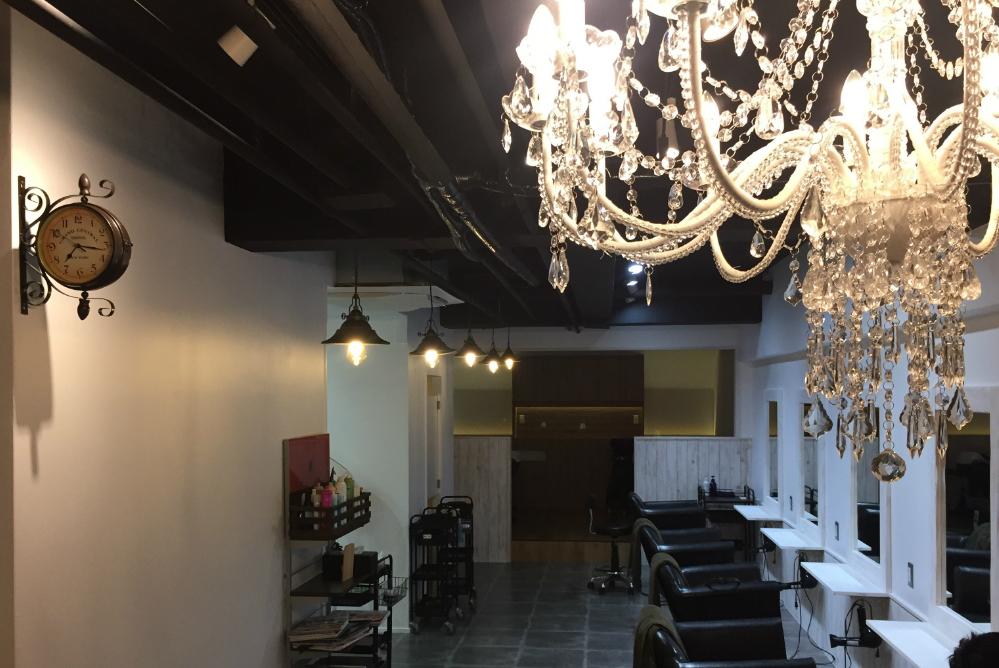 サロン 美容室 オシャレ リフォーム 店舗 改装 かわいい デザイン 内装デザイン 店舗デザイン 店舗リフォーム シャンデリア アンティーク時計