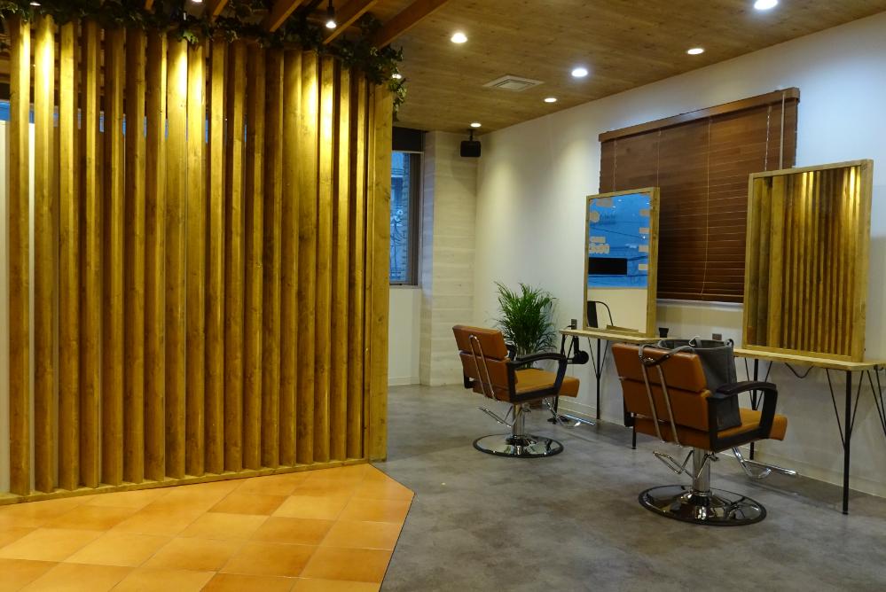 ウッド調 サロン オシャレ リフォーム 店舗 改装 かわいい デザイン 内装デザイン 店舗デザイン 店舗リフォーム 椅子 セット面 セット椅子 か