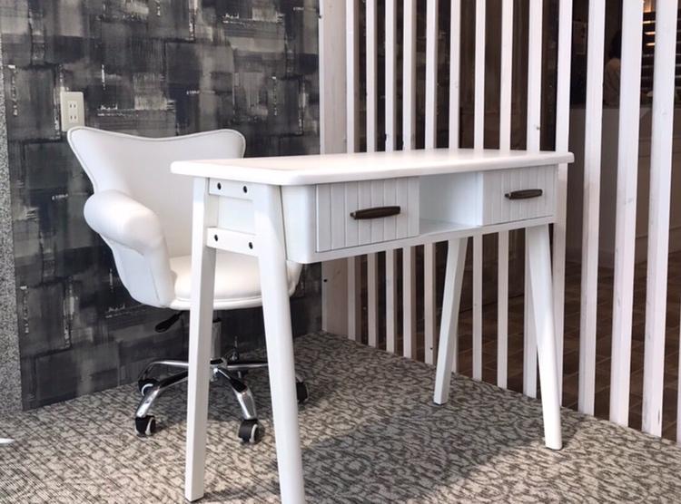 アンティークホワイトのネイルテーブル