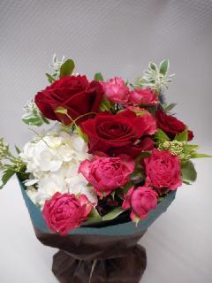 紫陽花と赤い薔薇の花束