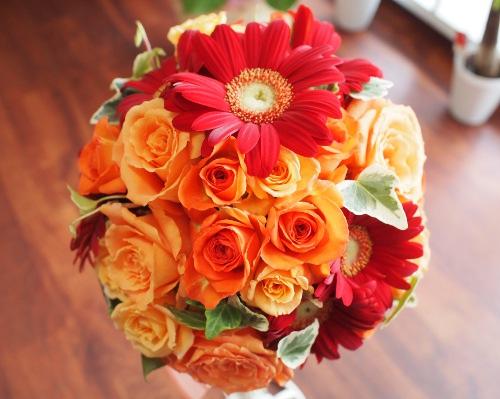 オレンジバラとガーベラのラウンドブーケ  ブーケの専門店