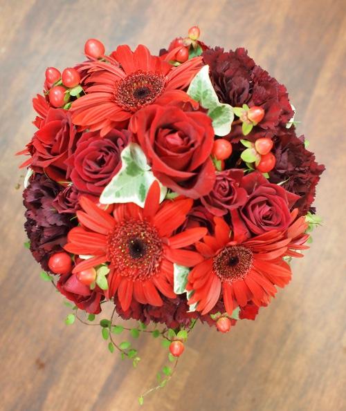 バラとガーベラ赤系のいろんなお花を入れたラウンドブーケ