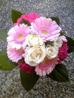白バラとガーベラのクラッチブーケ