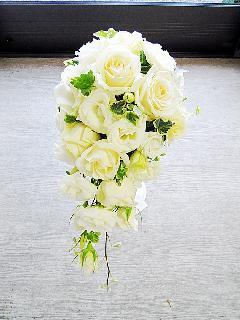 白バラとトルコのキャスケードブーケ