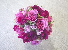 ムラサキのグラデーショントレンドカラーのバラのラウンドブーケ