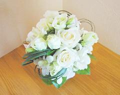 白バラとランのラウンドブーケ