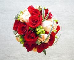 赤とサーモンピンクのバラのラウンドブーケ