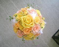 黄色系のバラに真っ白なファーのラウンドブーケ