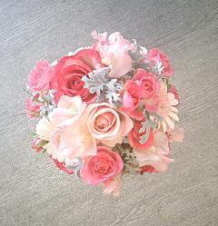 キャンディカラーのバラとフリフリスウィートピーのラウンドブーケ