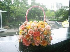 優しい色のバラのバッグブーケ