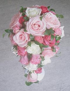 甘い色のバラを集めたオーバルブーケ