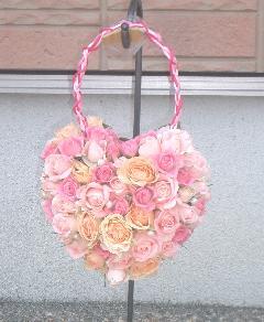 アイボリーやベビーピンクのバラのハートのバッグブーケ