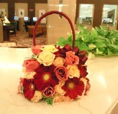 深紅のガーベラとバラのバッグブーケ