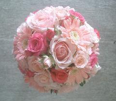 シュガーピンクのバラとガーベラのラウンドブーケ