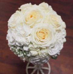 白バラいっぱいのラウンドブーケ