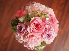 キラキラストーンをあしらったバラとカーネーションのラウンドブーケ