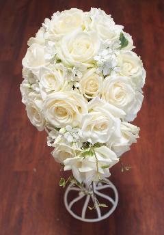 白いバラとホワイトスターのオーバルブーケ