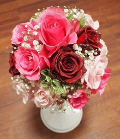 赤いバラとカスミ草のラウンドブーケ