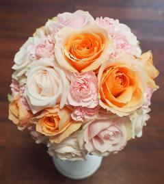 淡ピンクとオレンジバラのラウンドブーケ
